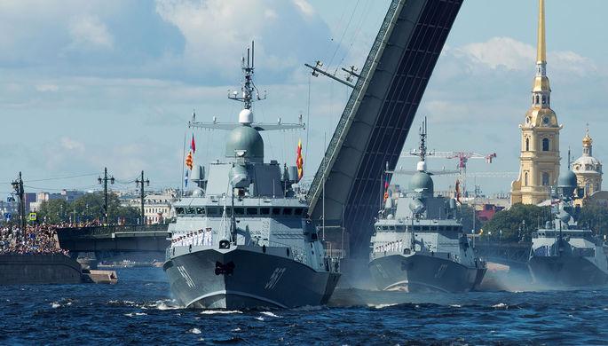 Малый ракетный корабль «Мытищи» (на первом плане) во время Главного военно-морского парада по случаю Дня Военно-морского флота РФ в акватории Невы в Санкт-Петербург, 2020 год