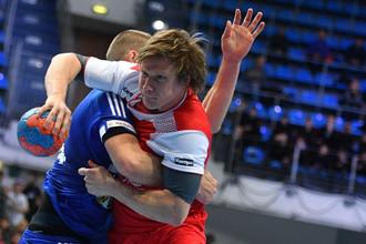 Игрок сборной России по гандболу Павел Атьман в борьбе с оппонентом