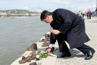 Президент Венгрии Янош Адер с цветами около мемориала в память о Холокосте в Будапеште, 2014 год