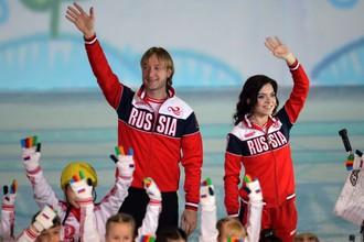 Евгений Плющенко и Аделина Сотникова во время ледового шоу «Год после Игр»