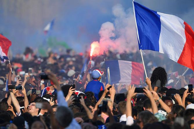 Встреча сборной Франции в центре Париже, 16 июля 2018 года