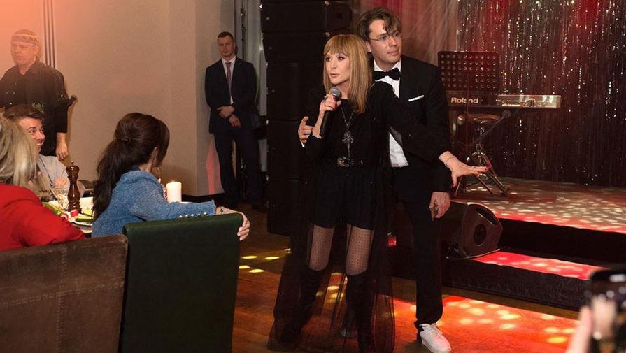 Пугачева высмеяла Галкина на вечеринке больного раком Юдашкина