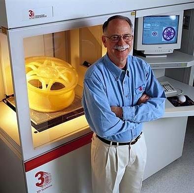 Чарльз Халл с новой версии своего 3D-прибора // 3D Systems