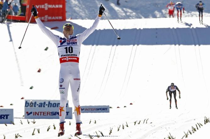 Юхан Олссон на финише, а лучший из российских лыжников, Александр Легков, финишировал четвертым