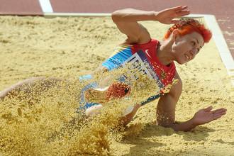 Татьяна Лебедева выполняет тройной прыжок на Олимпийских играх в Лондоне