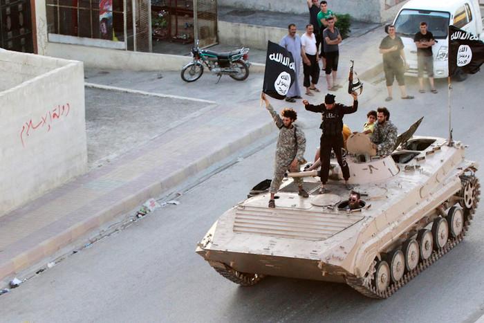 Бойцы «Исламского государства» въезжают в сирийскую провинцию Ракка. 30 июня 2014 года