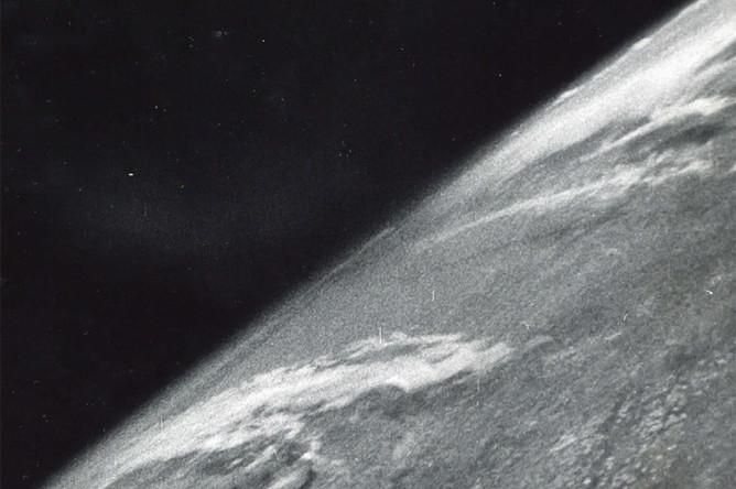 Первая фотография Земли, сделанная из космоса при запускебаллистической ракеты «Фау-2» 24 октября 1946 года. «Так наша Землябудет выглядеть для пришельцев с других планет, если они прилетят накосмическом корабле», — написал Клайд Холлидей в журнале NationalGeographic в 1950 году