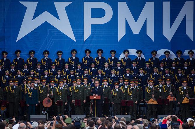 Владимир Путин выступает на форуме «Армия-2015»