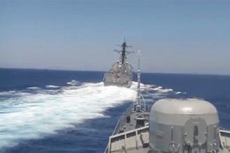 Американский эсминец Gravely плывет перед российским сторожевым кораблем «Ярослав Мудрый»