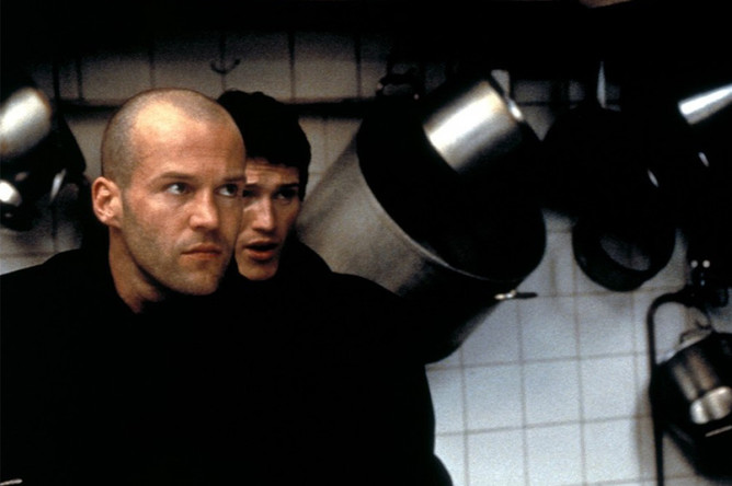 Актер Джейсон Стэйтем в фильме «Карты, деньги, два ствола» (1998)