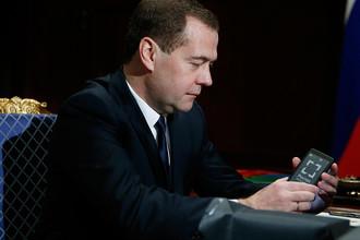 Дмитрий Медведев с российским смартфоном, который ему продемонстрировал гендиректор госкорпорации «Ростехнологии» Сергей Чемезов, 2013 год