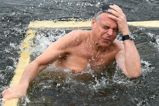 Посол США в России Джон Хантсман во время купания в купели Новоиерусалимского мужского монастыря в Московской области, 21 января 2018 года