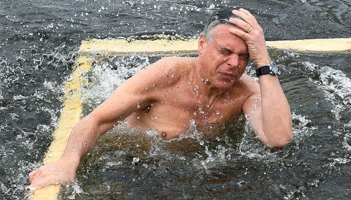 Посол США в России Джон Хантсман во время купания в купели Новоиерусалимского мужского монастыря в...