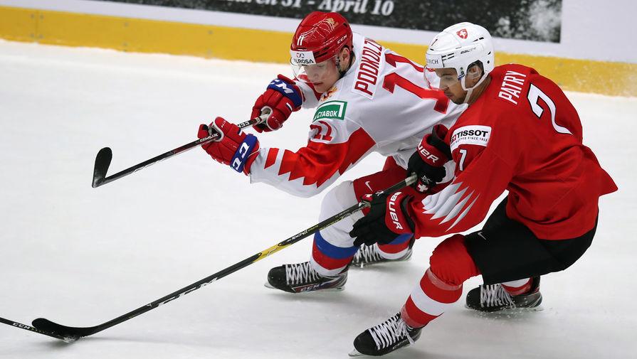 Слева направо: Василий Подколзин (Россия) и Стефан Патри (Швейцария) в матче 1/4 финала молодежного чемпионата мира по хоккею между сборными командами Швейцарии и России, 2 января 2020 года