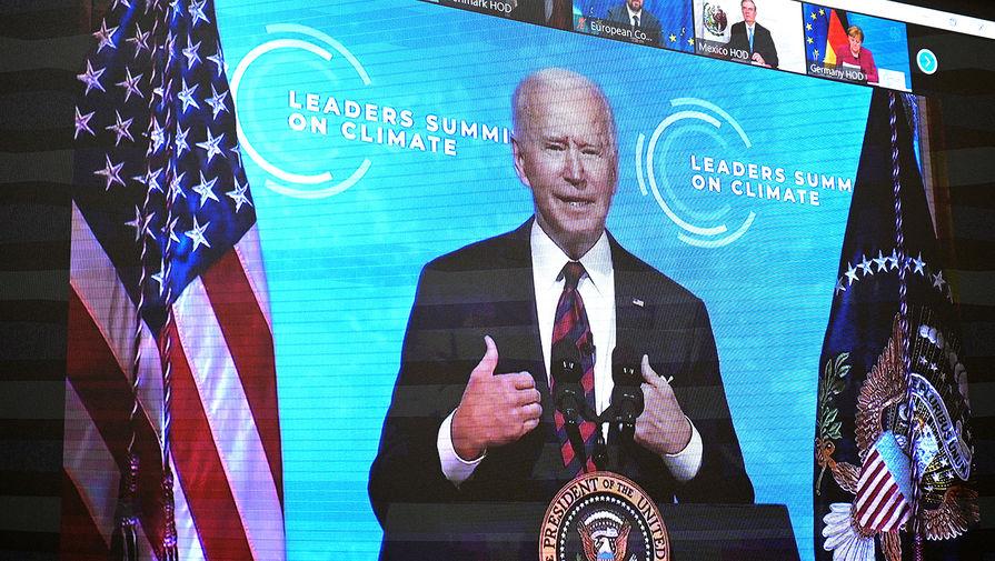 Монитор с изображением президента США Джо Байдена, выступающего на Саммите лидеров по вопросам климата в формате видеоконференции, 22 апреля 2021 года