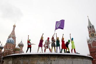 Участники Pussy Riot во время акции на Лобном месте на Красной площади, январь 2012 года
