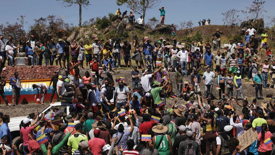 Люди на границе между Венесуэлой и Бразилией в бразильском городе Пакарайма, 23 февраля 2019 года