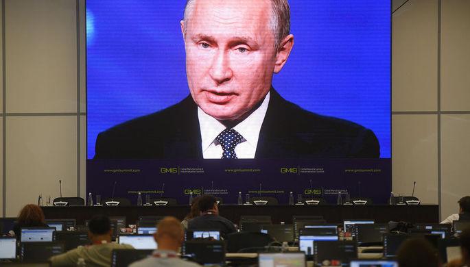 Журналисты в пресс-центре следят за выступлением президента России Владимира Путина на панельной дискуссии в рамках открытия II Глобального саммита по производству и индустриализации GMIS-2019 в МВЦ «Екатеринбург-Экспо», 9 июля 2019 года