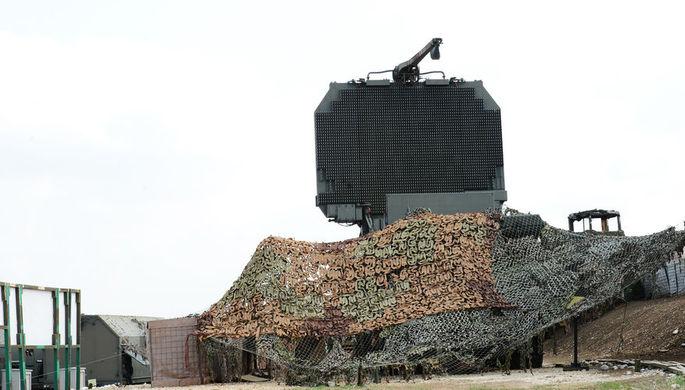 Радиолокационный комплекс ЗРС С-400 91Н6Е на позиции на авиабазе Хмеймим