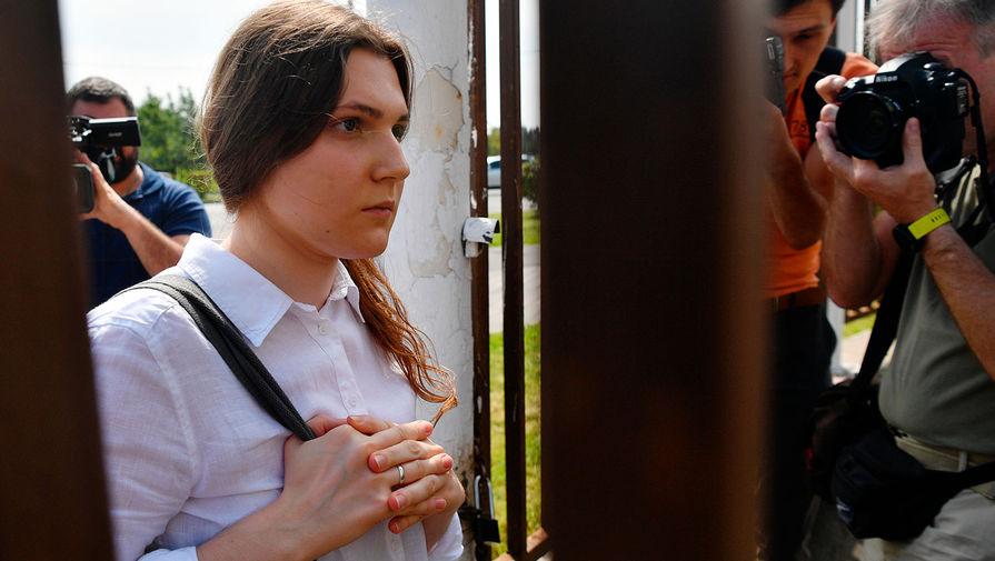 Фигурант дела «Новое величие» Анна Павликова возле здания Люблинского суда города Москвы перед оглашением приговора, 6 августа 2020 года