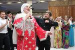 Рамзан Кадыров танцует снародной артисткой России, певицей Маккой Межиевой, 2013год