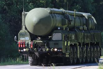 Стратегическая ракета «Ярс» (PC-24) – принята на вооружение в 2009 году, является твердотопливной ракетой мобильного базирования с дальностью стрельбы 11 тыс. км. Имеет несколько боевых блоков индивидуального наведения. В отличие от «Тополей» «Ярсы» оснащены разделяющейся головной частью, включающей, по разным данным, три или четыре ядерных боевых блока индивидуального наведения. Как сообщил накануне командующий РВСН РФ генерал Сергей Каракаев, в 2016 году еще пять полков группировки РВСН будут перевооружены на стратегический комплекс «Ярс». Он пояснил, что начнется перевооружение Иркутской и Йошкар-Олинской дивизий, продолжится — Новосибирской, Козельской, Нижнетагильской. В эти соединения поступят два десятка межконтинентальных баллистических ракет.