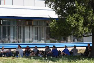 Рабочие «АвтоВАЗа» отдыхают в тени во время обеденного перерыва