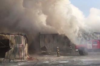 Сотрудники пожарной службы МЧС РФ во время тушения пожара в здании с обувным производством в поселке Чернореченский Искитимского района Новосибирской области, 4 января 2018