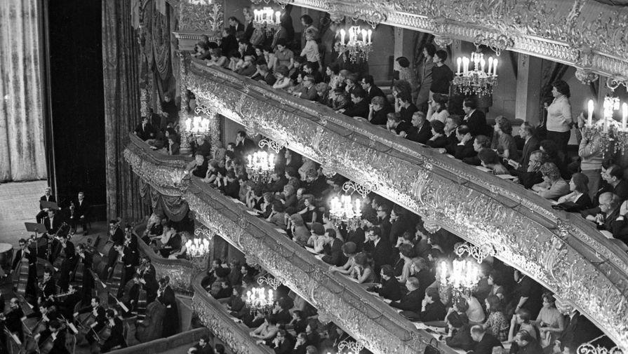 С начала 1960-х годов руководство СССР искало возможность вернуть Большой театр на международную арену. После обмена стажерами с итальянским театром «Ла Скала» труппа из Милана выступила на главной оперной сцене Москвы. «Выступления театра «Ла Скала» в Москве, транслировавшиеся на всю страну по радио, снятые на телевидении, сделали для всех очевидным то, что прежде было известно лишь узкому кругу любителей оперы. Гастроли 1964 года стали для Большого театра роковым рубежом, ослепительным моментом истины, когда от сравнений уже невозможно было укрыться в темноте собственной неосведомленности», — вспоминал певец Владимир Атлантов