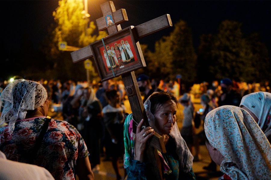 Верующие перед традиционным Царским крестным ходом у Храма на Крови в Екатеринбурге, 2020 год