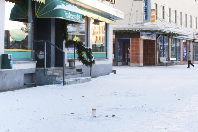 Свечи на месте трагедии перед рестораном Vuoksenvahti в городе Иматра, Финляндия