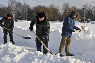 Брянские чиновники во время уборки снега, 2013 год
