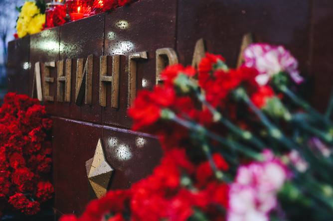 Цветы у мемориала Ленинграда на Аллее городов-героев у стен Кремля, 3 апреля 2017 года