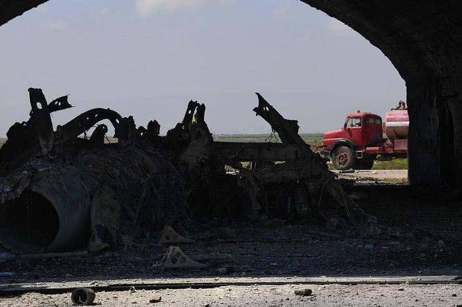 Остов самолета, сгоревшего в результате ракетного удара США по авиабазе в Сирии