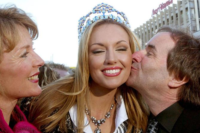 Крис де Бург с женой Дианой Дэвисон (слева) и дочерью, победительницей конкурса «Мисс мира-2003» Розанной Дэвисон , 2003 год