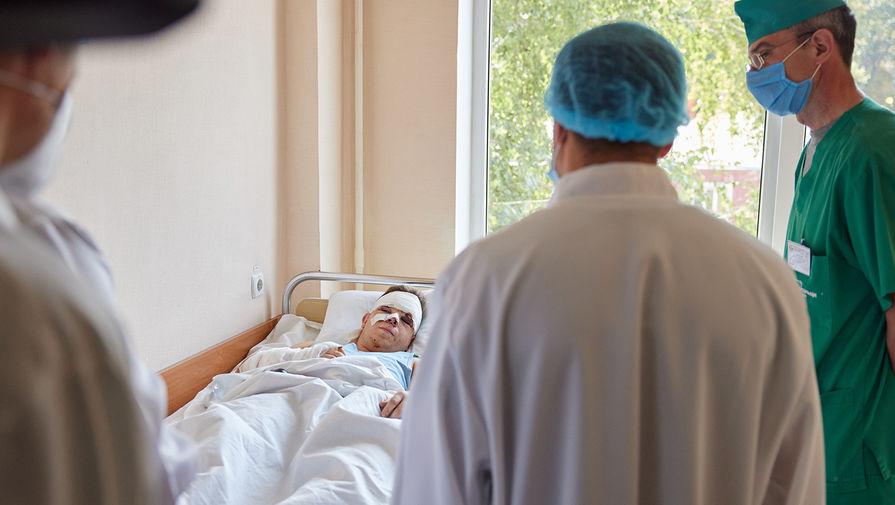 Курсант Вячеслав Золочевский, выживший при крушении самолета Ан-26, во время посещения военного госпиталя в Харькове президентом Украины Владимиром Зеленским, 26 сентября 2020 года