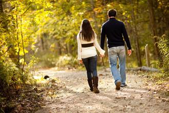 При ходьбе мужчина подстраивается под скорость шага спутницы