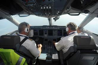 Пилоты в кабине самолета Sukhoi Superjet