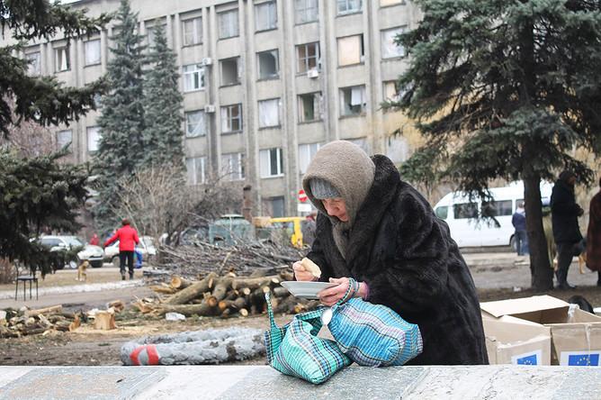 В Дебальцево нет света и воды, люди могут поесть только у полевых кухонь на улице
