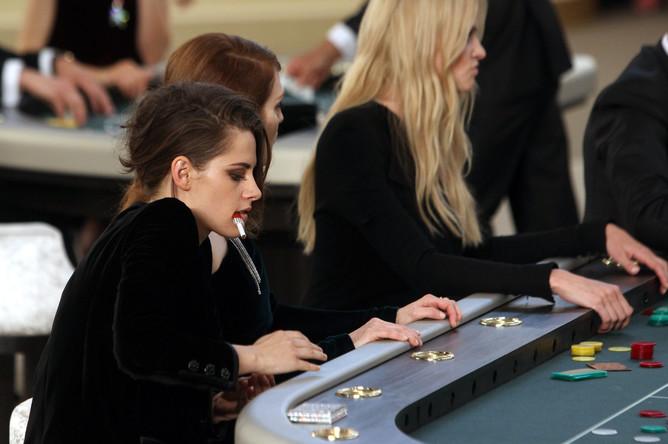 Кристен Стюарт на показе Chanel на Неделе высокой моды в Париже