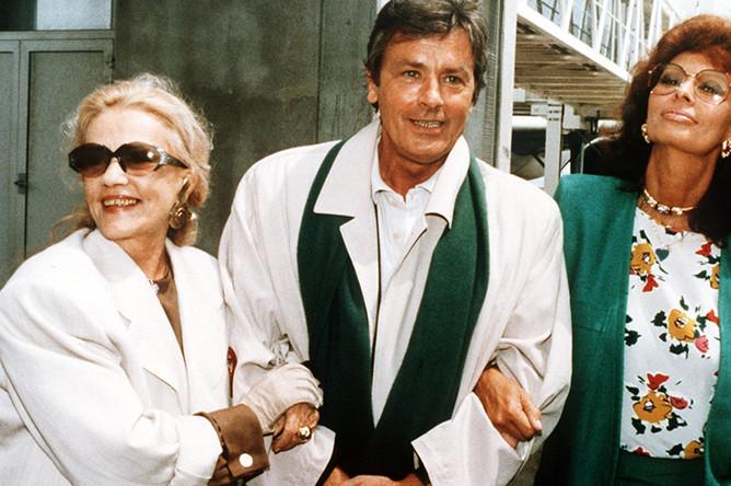 Жанна Моро, Ален Делон и Софи Лорен в аэропорту Ниццы, 1989 год