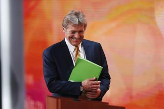 Пресс-секретарь Дмитрий Песков перед началом ежегодной пресс-конференции президента России Владимира Путина в Москве, 14 декабря 2017 года