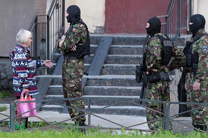 Бойцы СОБРа у дома на Ленинском проспекте, где проходит спецоперация ФСБ по задержанию участников незаконных вооруженных формирований (НВФ) с Северного Кавказа