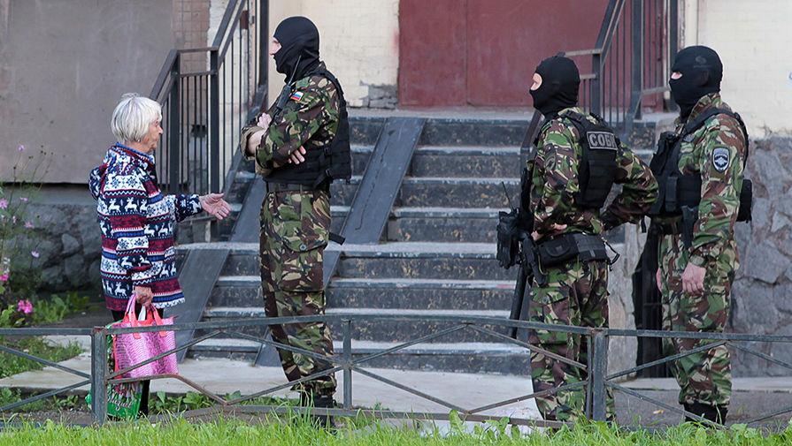 Бойцы СОБРа у дома на Ленинском проспекте, где проходит спецоперация ФСБ по задержанию участников...