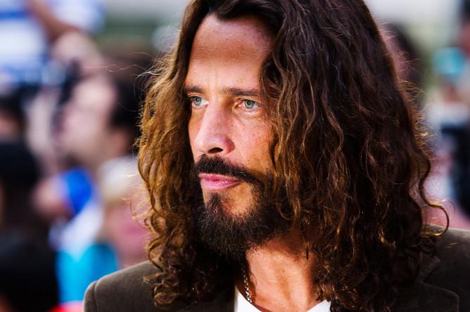 <b>Крис Корнелл</b> (20 июля 1964 — 18 мая 2017) — американский гитарист, композитор и вокалист, фронтмен группы Soundgarden, также был вокалистом группы Audioslave. На фото: Крис Корнелл на красной дорожке во время кинофестиваля в Торонто, 2011 год