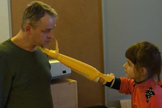 Ульяна учится пользоваться новой рукой
