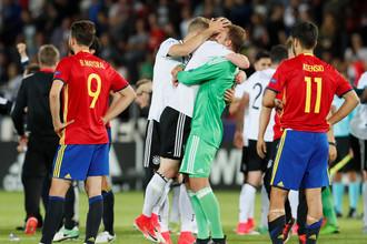 Игроки сборной Германии до 21 года празднуют победу над командой Испании в финале молодежного Евро-2017 на фоне грустящих Марко Асенсио и Борхи Майораля