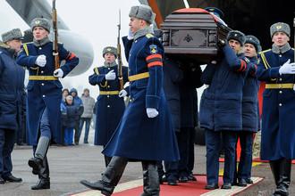 Военнослужащие на церемонии прощания с летчиком Романом Филиповым в Воронеже, 8 февраля 2018 года