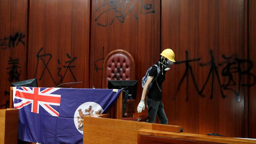 В Гонконге протестующие взяли штурмом здание Заксобрания