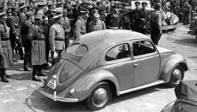 Адольф Гитлер и Volkswagen Kafer во время церемонии основания фабрики марки в Вольфсбурге, 1938 год